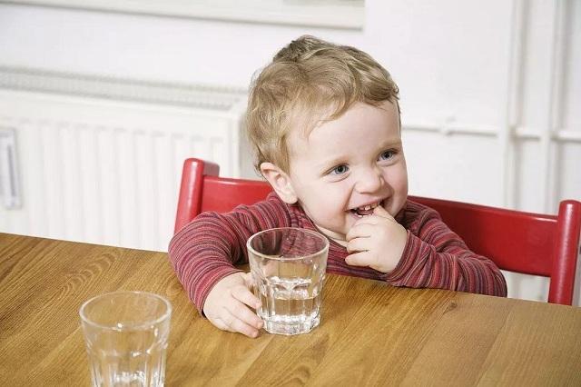 Cho trẻ nhỏ uống nước ion kiềm được không - 2